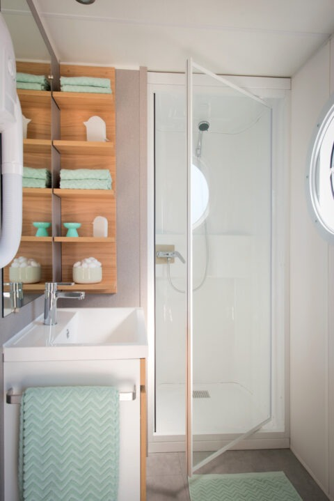 Rent-mobil-home-sells-with-great-bathroom-The-Places-Dorees